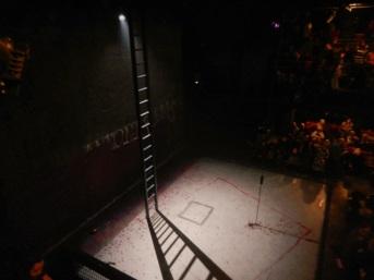 Il palco con la scarnissima, ma grandemente efficace, scenografia.