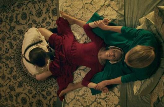 Joseph_Fiennes_Elisabeth_Moss_The_Handmaids_Tale_0018.jpg